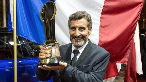 Mohed Altrad et son trophée de vainqueur du concours l'entrepreneur de l'année